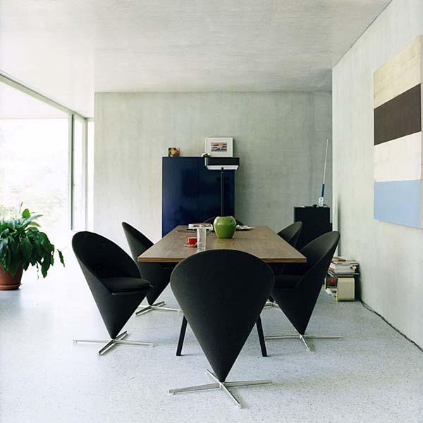 Vernor Panton's Cone Chairs in Black at the Dining Table