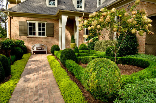 boxwood backyard landscape 600x397 Dreamy and Classic Boxwood Gardens