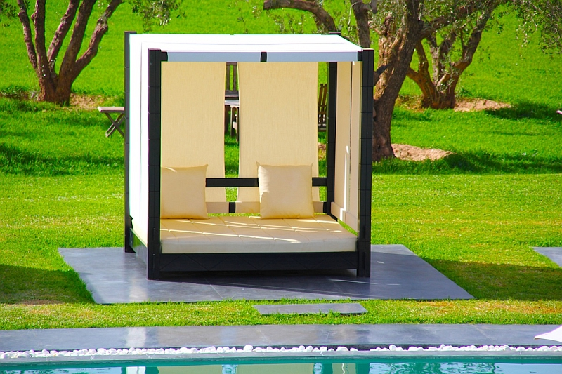 Brings some geometric order to the outdoor space!