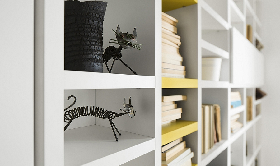 Dceorate your living room bookcase with interesting accessories