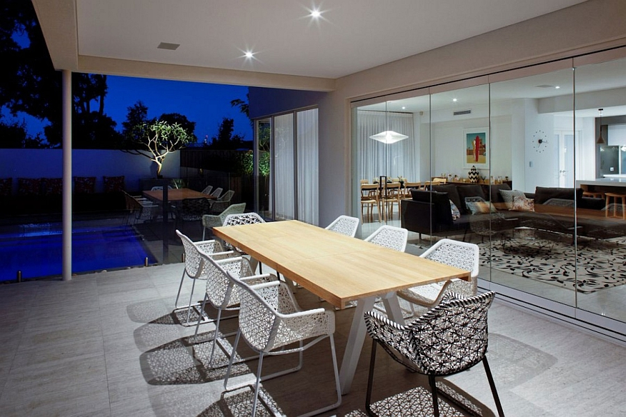 Frameless glass doors blur the lines between indoors and the yard