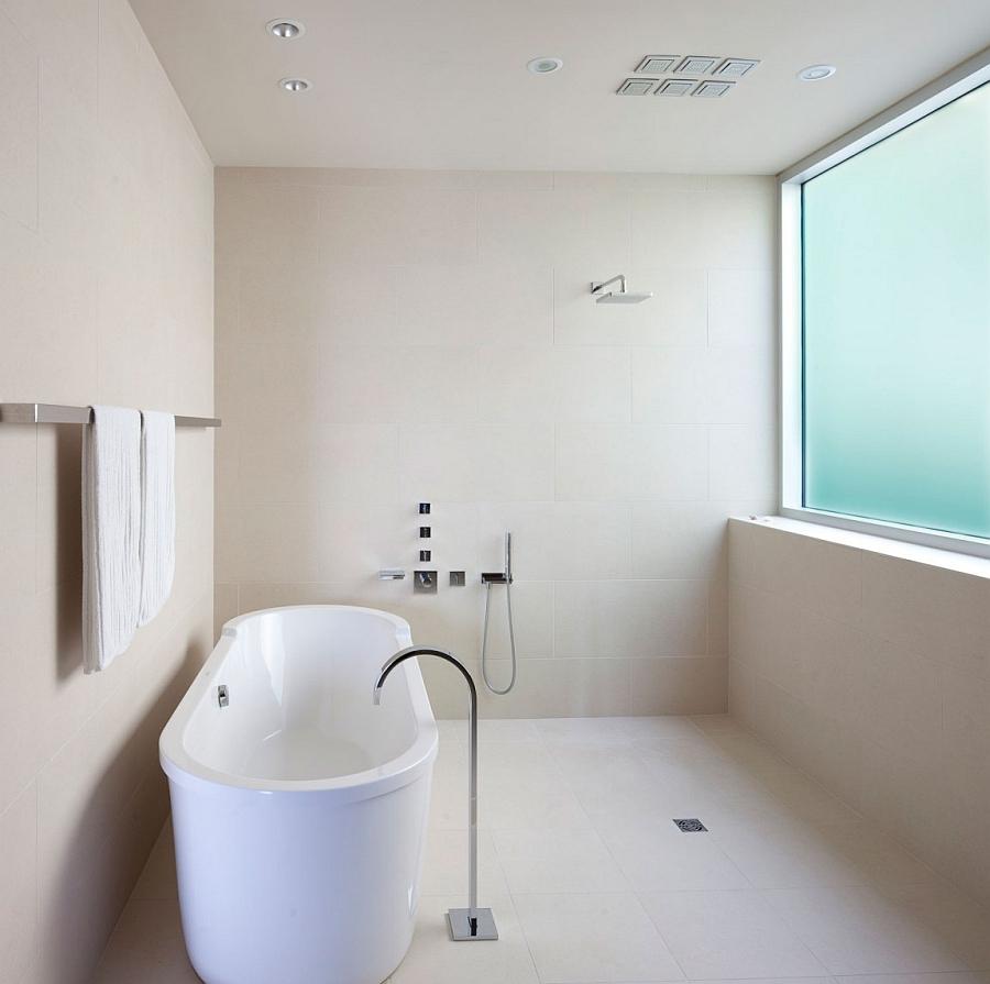 Oval standalone bathtub in white