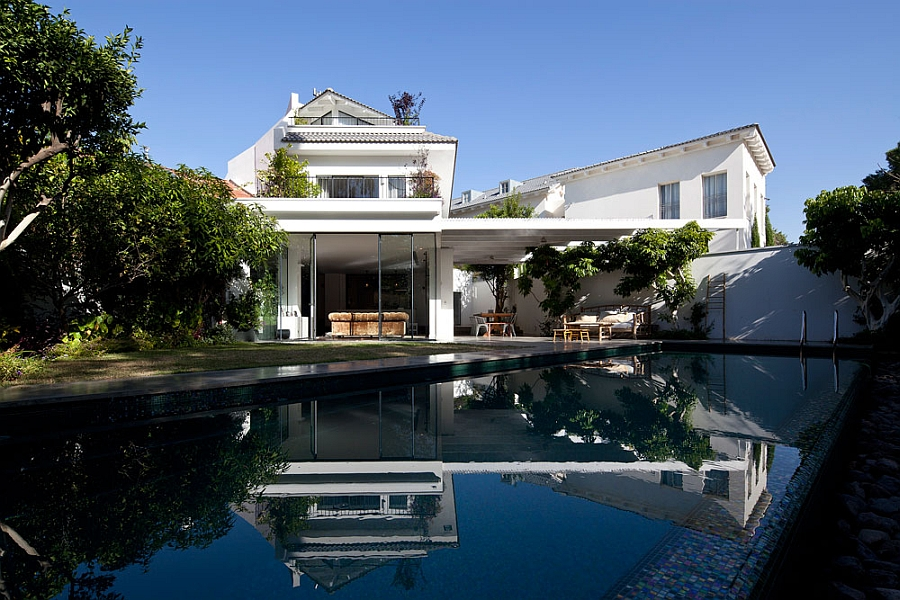 Sleek stylish pool after the renovation Exquisite 80s Home In Israel Gets A Grand, Modern Makeover!