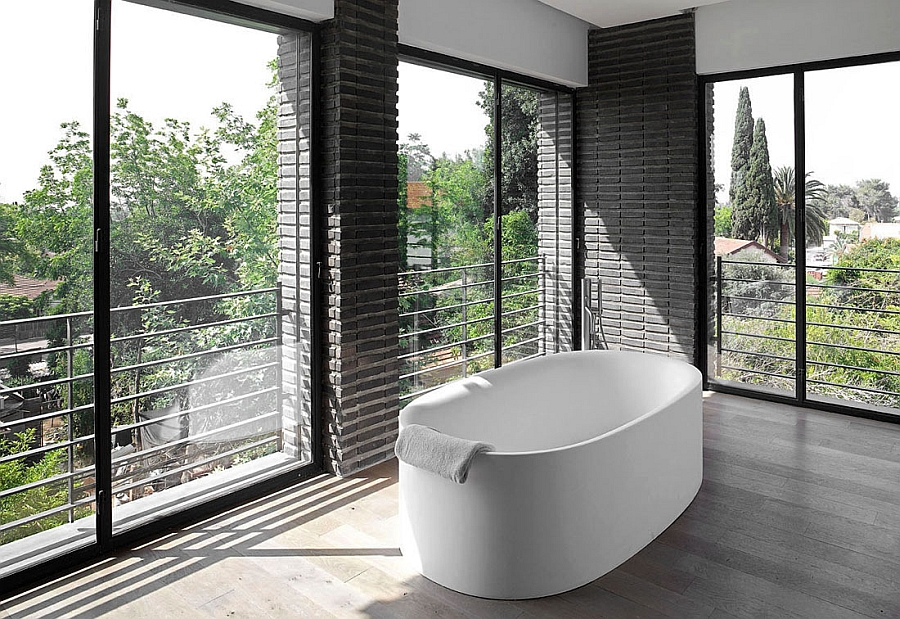 Standalone bathtub that offers unabated views