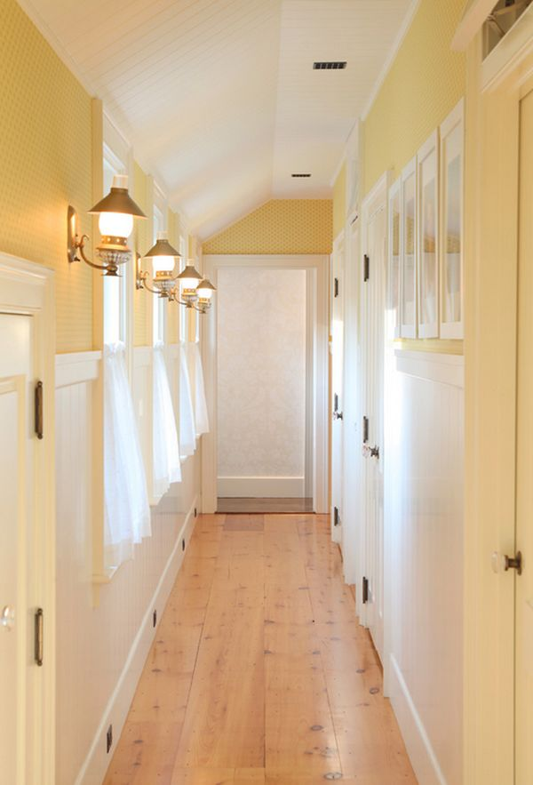 Traditional approach to scoonce lighting in the hallway