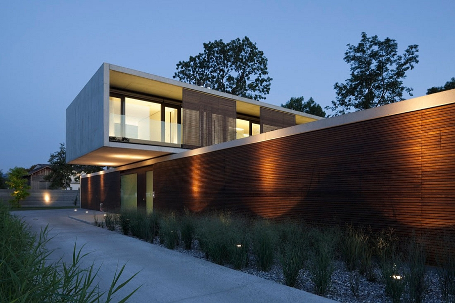 Beautiful outdoor lighting brings House LK alive after sunset