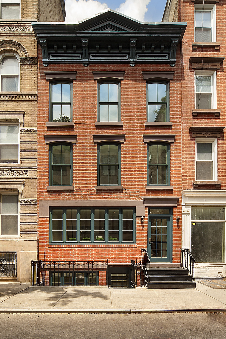 Historic new york city townhouse renovated into a modern for Modern townhouse architecture