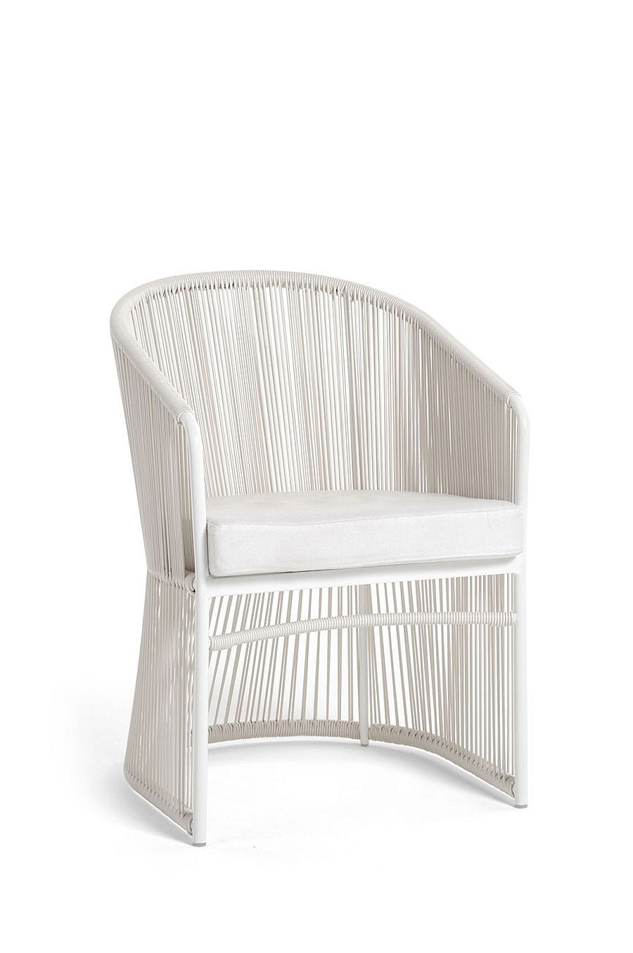 Exquisite outdoor seating in relaxed white is perfect for the summer lounge