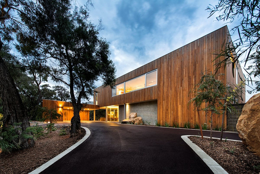 Front facade of the woodsy beach house in Australia