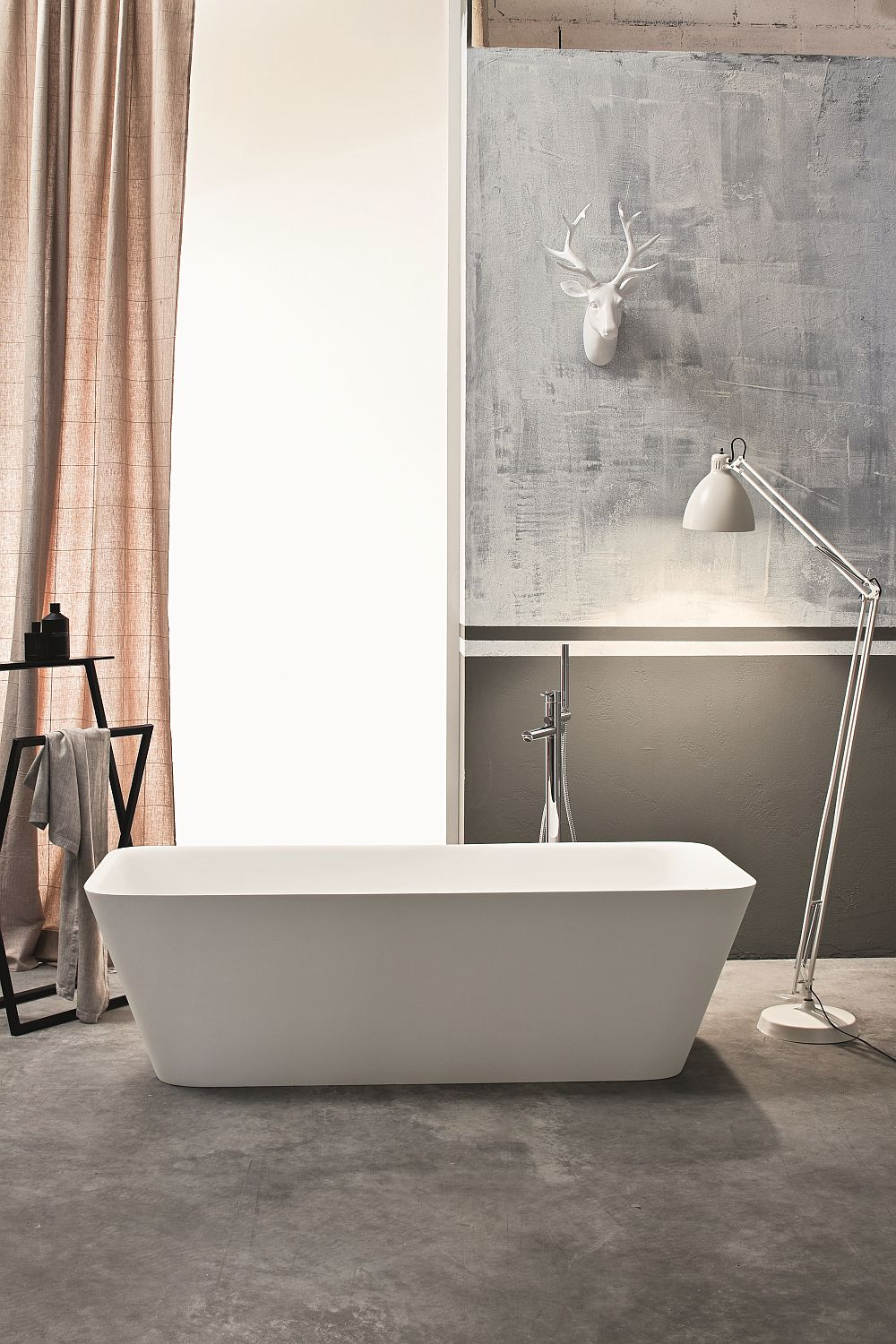 Goregous freestanding bathtub combines rounded edges with a contemporary design