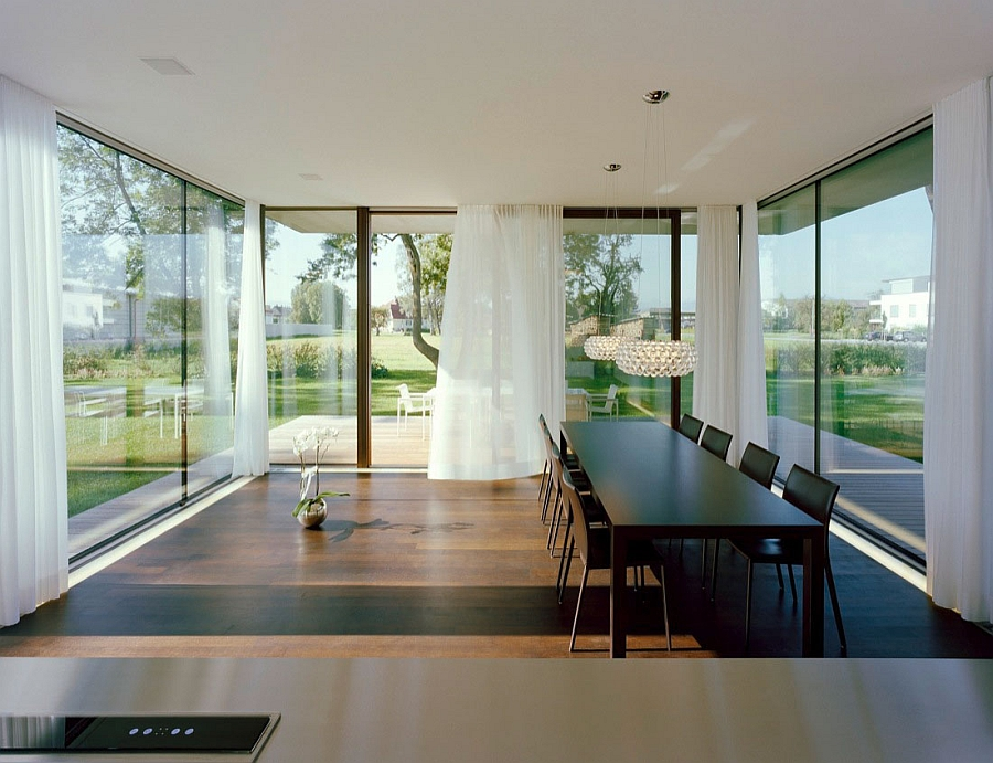 Gorgeous dining area that lets the outdoors be its backdrop