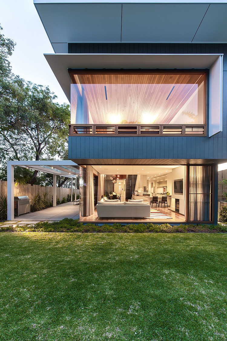 Living space of the stylish sydney house connected seamlessly with the backyard Chic Sydney House Extends Its Living Area With A Cool Glass Roofed Pergola