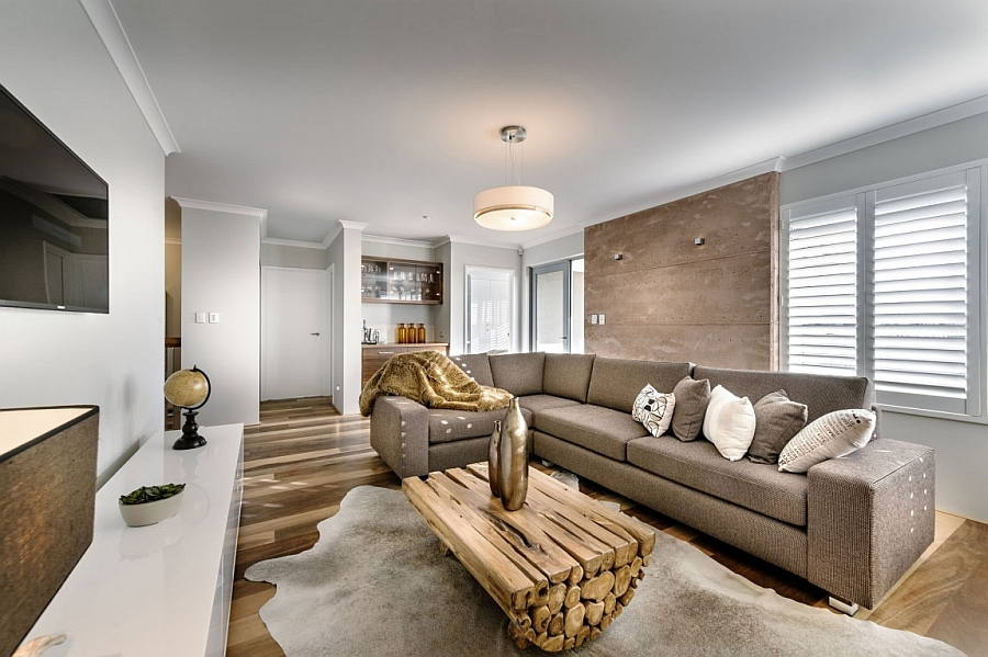 Relaxed familay area with a plush couch in brown and an inimitable coffee table at its heart