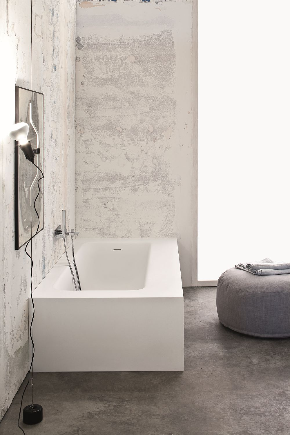 Stylish bathtub in white that is wall-fitted