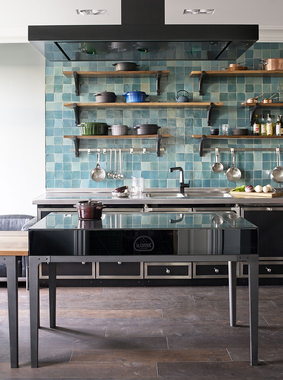 Trendy backsplash in blue for the modern kitchen