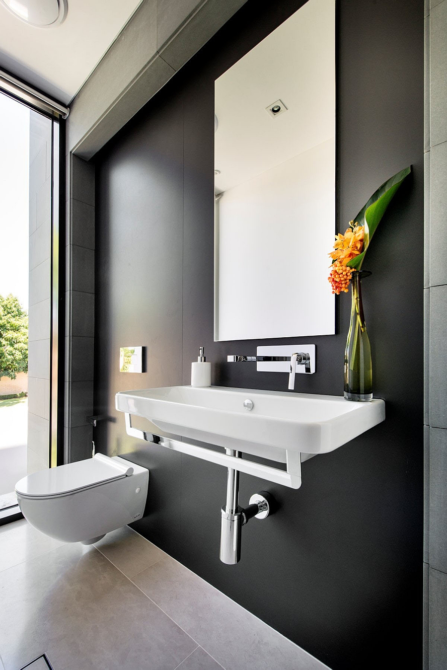 Wall-mounted WC that saves up on space in a small bathroom