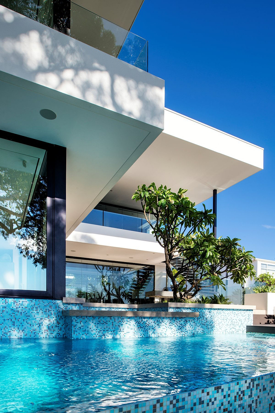 White and blue is the ideal color duo for the poolside space
