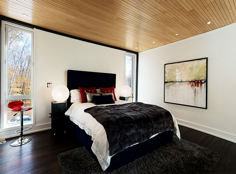 Wooden ceiling gives the bedroom in black and red a warm, inviting appeal