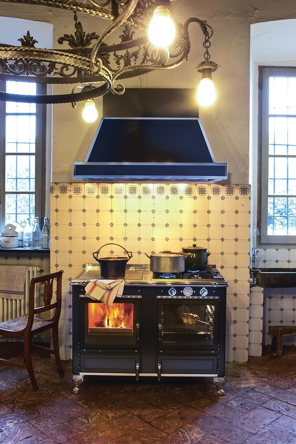Add some excitement to the rustic kitchen with a latest, eco-friendly wood-burning cookers