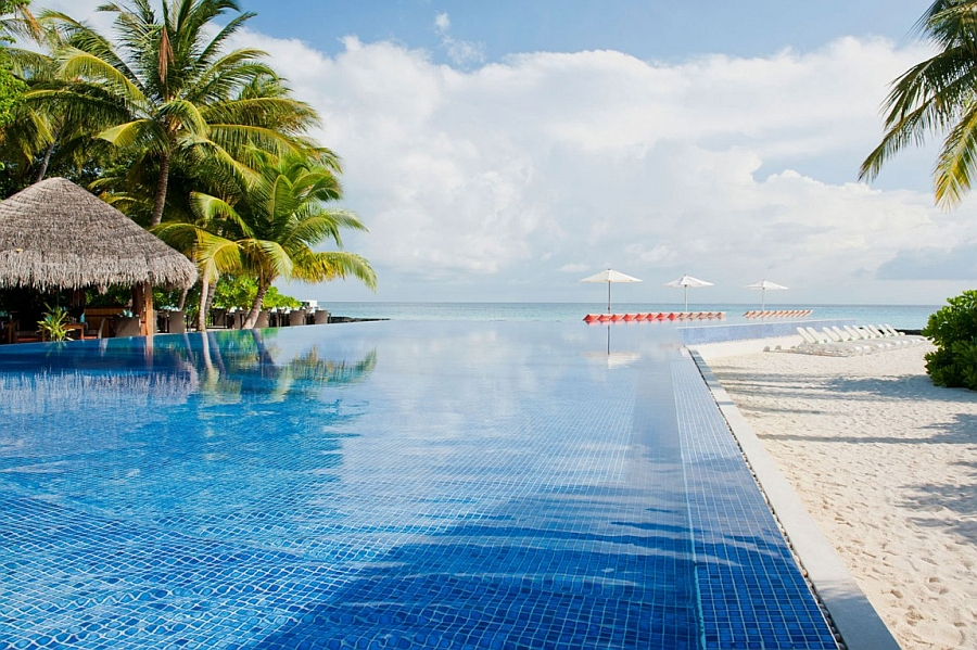 Amazing infinity-edge pool overlooking the beautiful Indian Ocean in Maldives