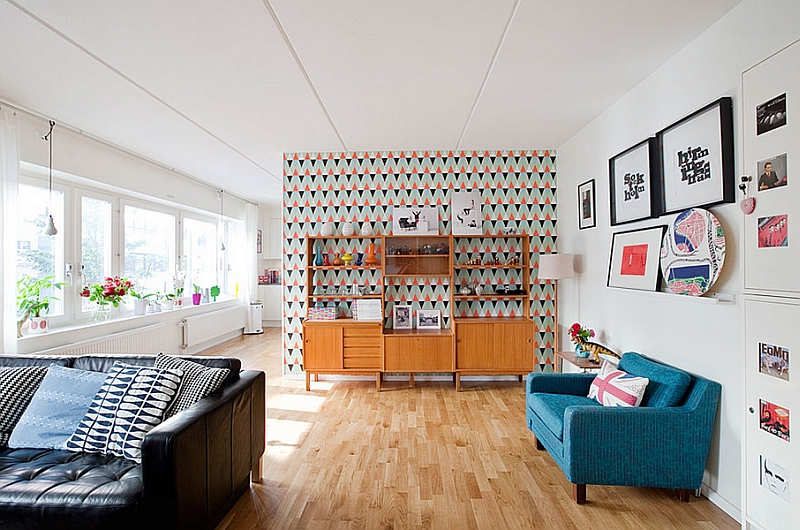Bright wallpaper enlivens the beautiful living room with Midcentury Modern flair