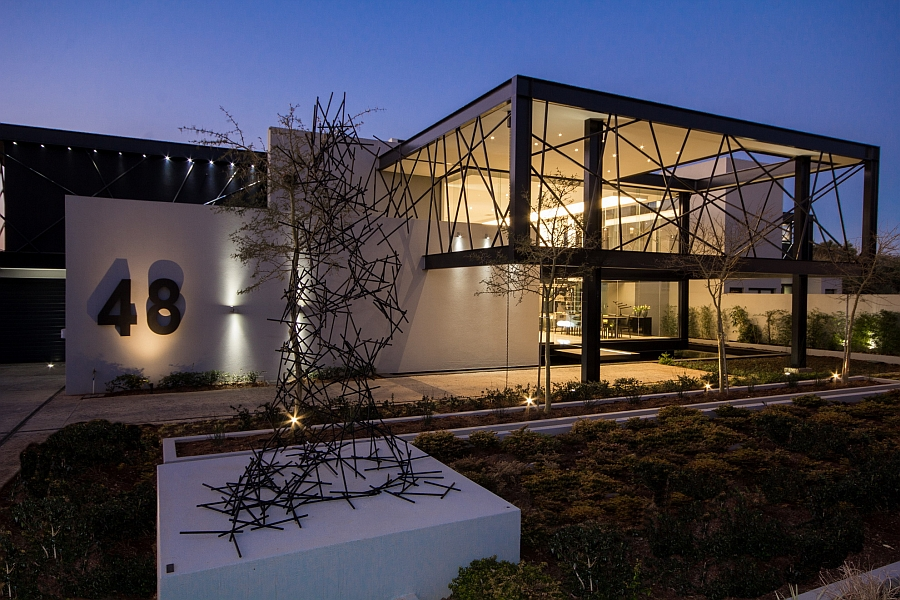 Front facade of the contemporary House Ber in Southe Africa