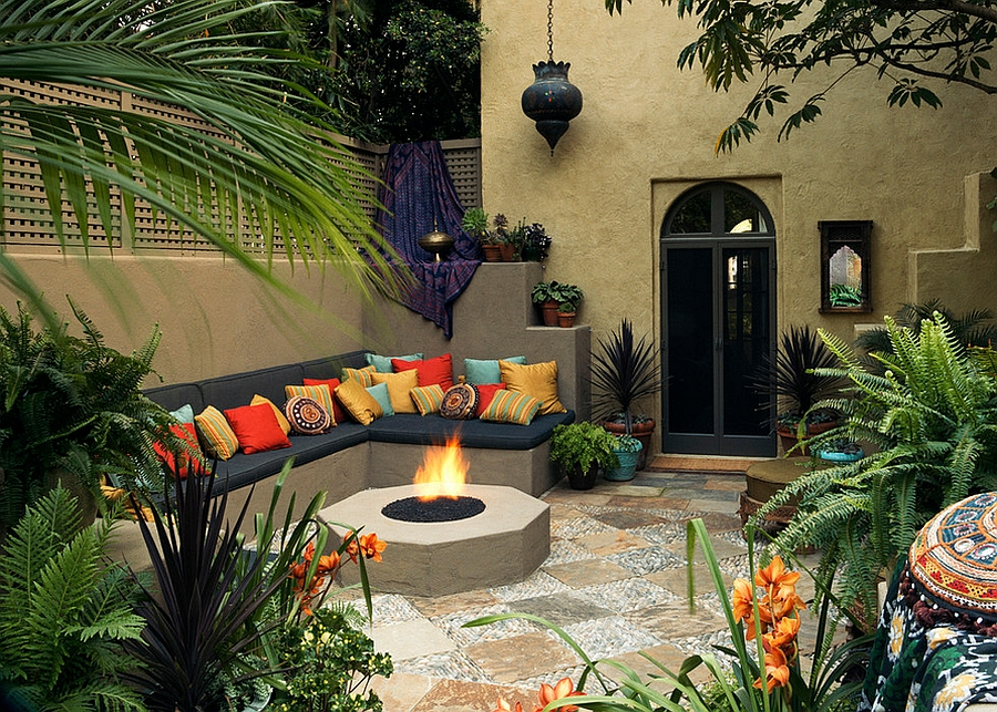 Moroccan patios courtyards ideas photos decor and for Decorate small patio area