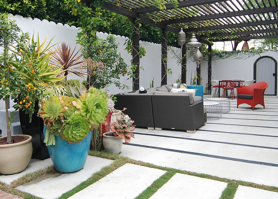 Moroccan patios courtyards ideas photos decor and for Decorating patio with potted plants