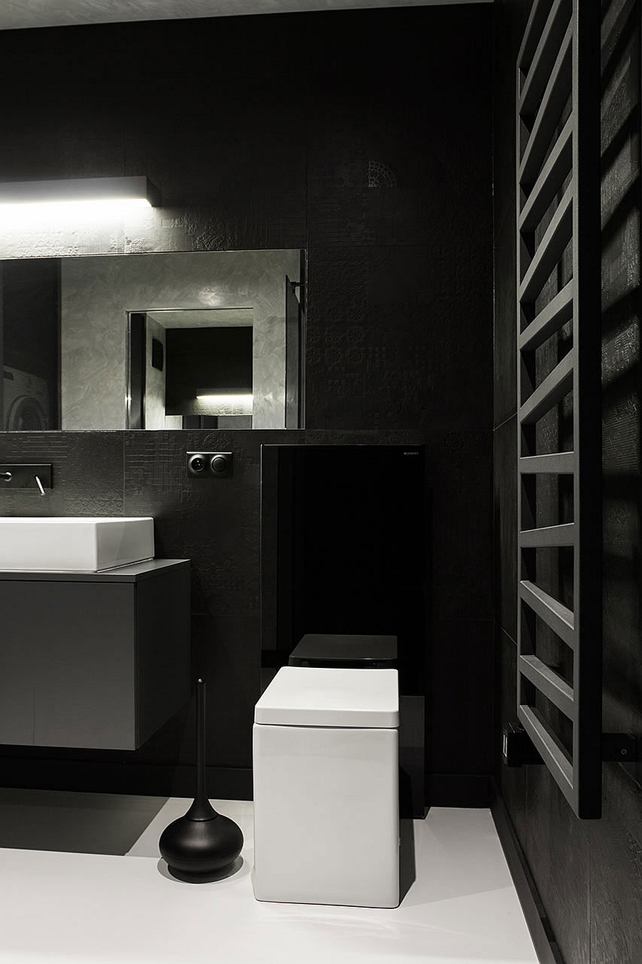 Smart black and white bathroom with sophisticated minimalism