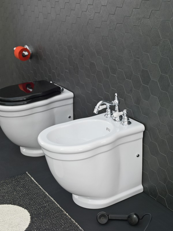 White wc with black lids are one of the hottest trends in bathroom design this year