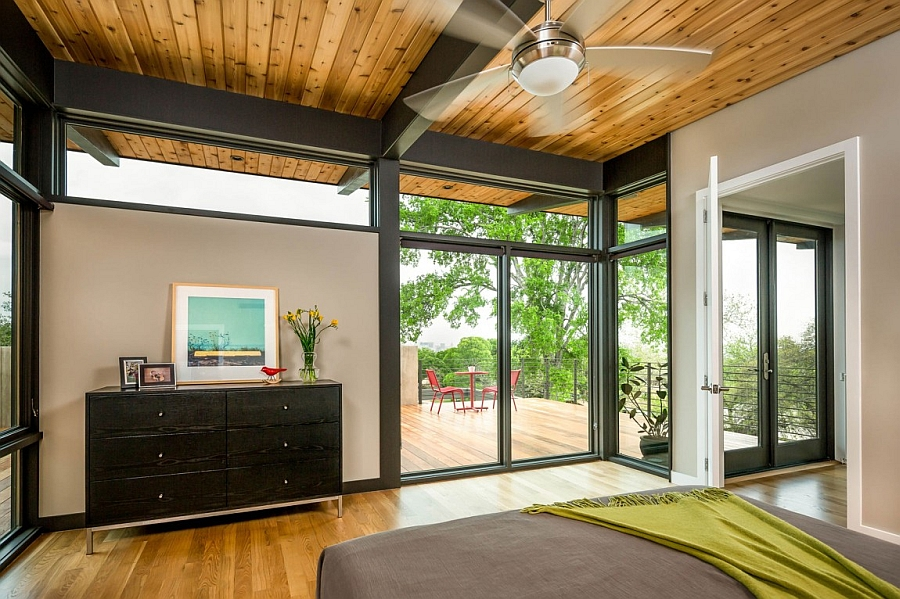 Wooden ceiling punctuated bu steel beams adds to the coziness of the bedroom