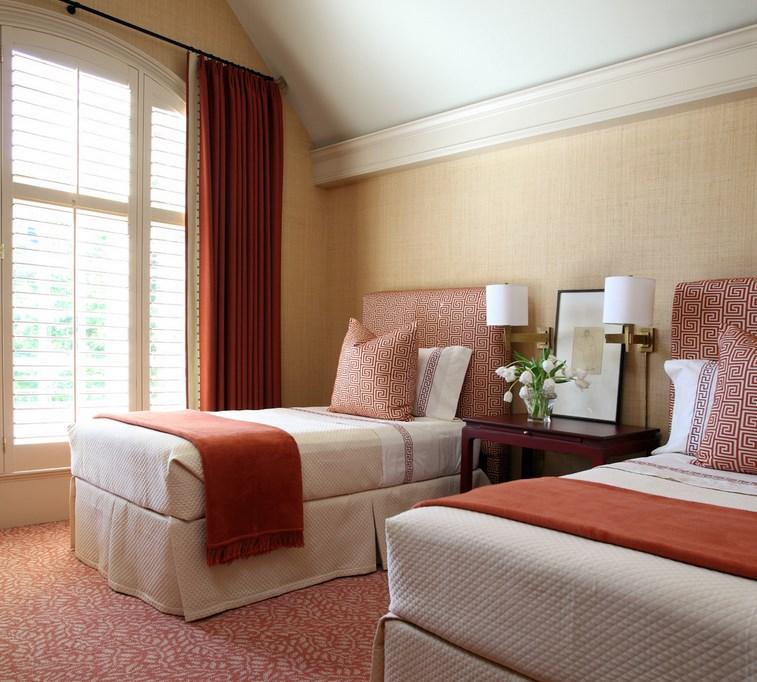 A crisp, tidy guest room