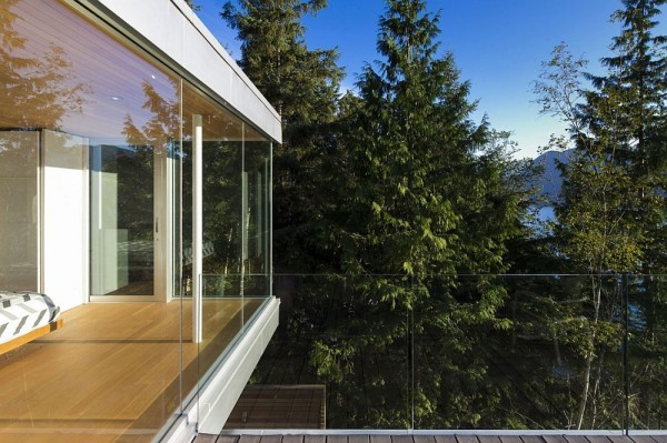 Floor to ceiling windows and outdoor deck 600x399 Vacation Home By The Lake Or When Dreams Come True