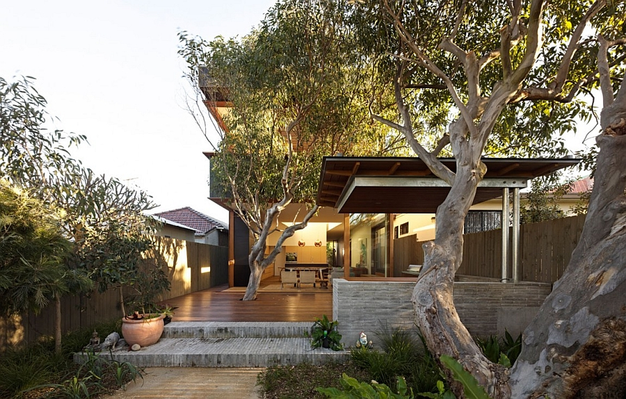 Gorgeous entrance of the Sydney house draped in nature