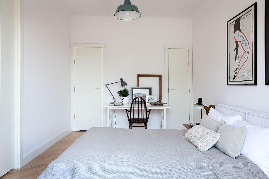Interesting arrangement of frames on the bedroom worktable
