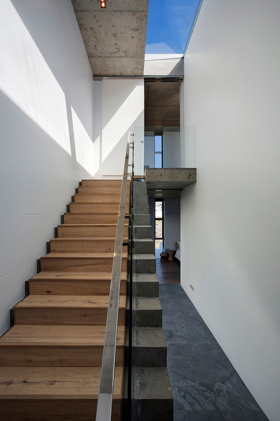Interesting use of concrete and wood to shape a stylish staircase