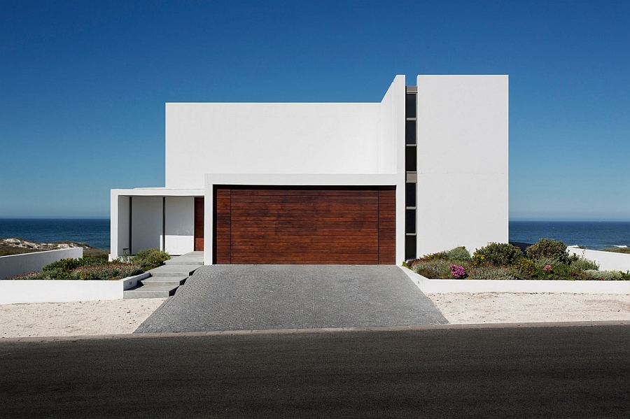 Street facade of the gorgeous Cape Town residence offers ample privacy