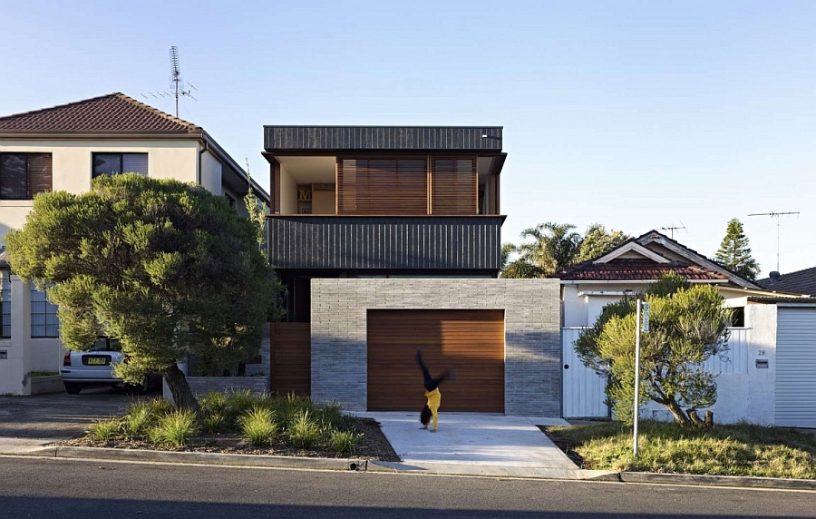 Street facade of the modern Plywood House II in Sydney