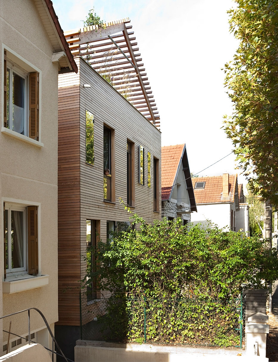 Street facade of the sustainable house offers plenty of privacy