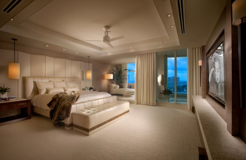 10 relaxing bedrooms that bring resort style home for Tropical bedroom design