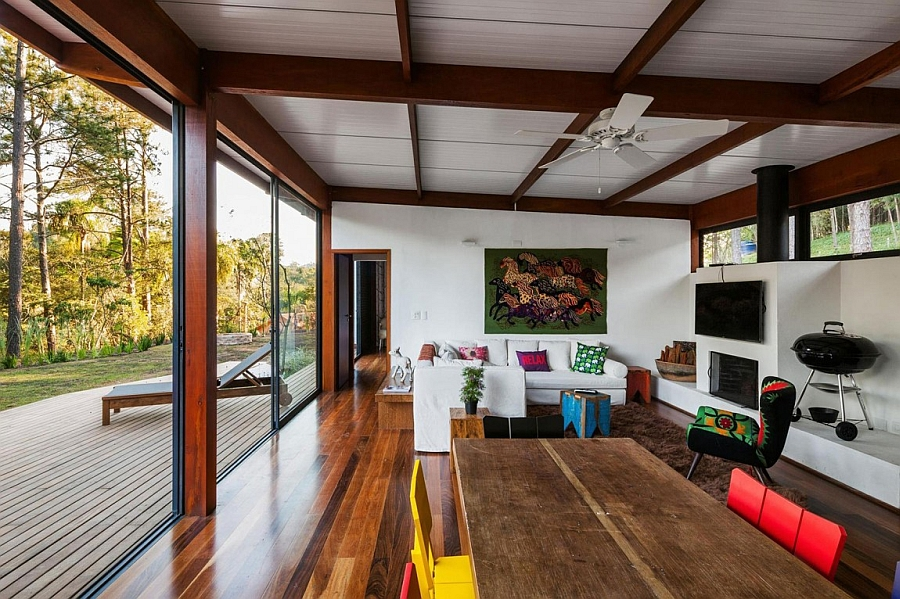 Cheerful and airy living area that is connected to the deck outdoors