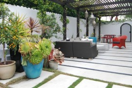 Colorful touches on an eclectic patio
