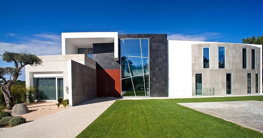 Contemporary facade of quinta villa in portugal decoist for Facade villa moderne