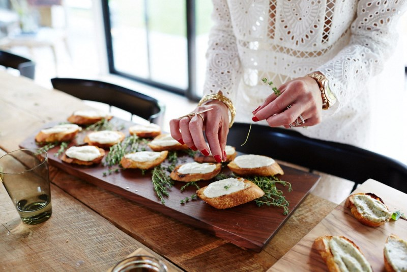 Crostini with thyme, mint and parsley