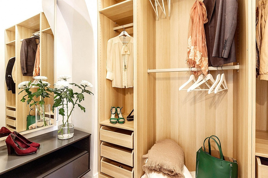 Dashing walk-in closet for the modern home
