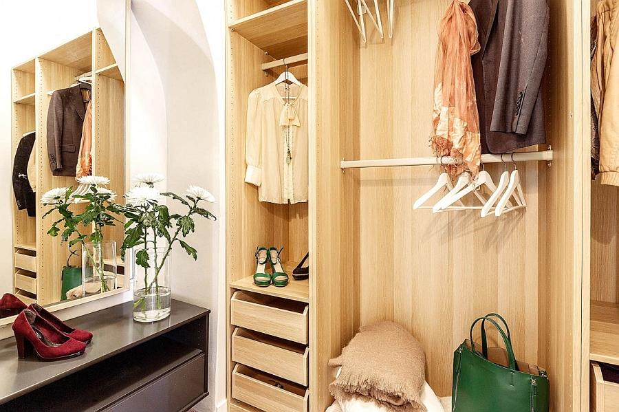 Dashing walk-in closet for the modern home