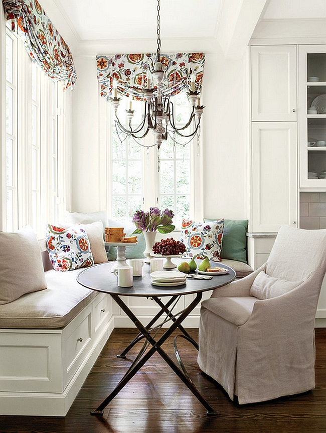 Lovely little breakfast nook in the corner [Design: Southern Living]