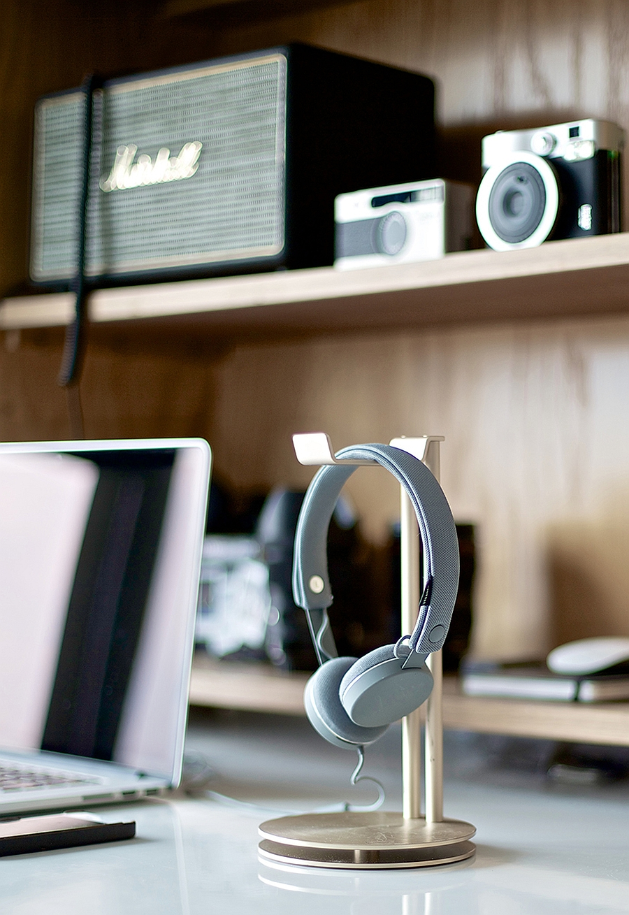 Organize your desk with the headphone hanger while elevating its aesthtic value
