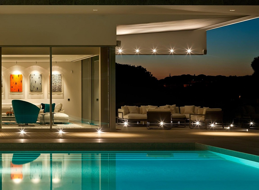 Smart LED lighting enlivens the cool contemporary deck
