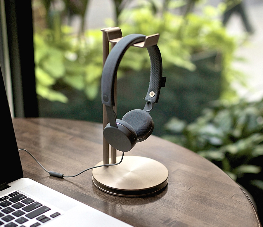 Smart and limited edition headphone hanger adds style and practicality to your desk Exclusive: Stylish Headphone Hanger For Some Golden Glint on Your Desk